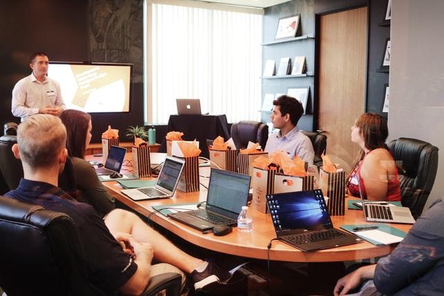 営業会議の効率的な進め方とは?目的・議題・内容・報告の仕方【サンプル議題付き】