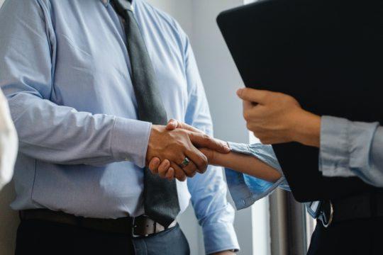 上司と部下の理想の関係とは?辞めないためのコミュニケーション・育て方・信頼関係・注意点