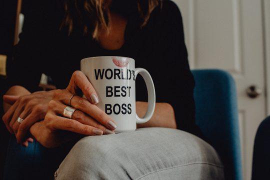 クラッシャー上司とは?優秀な部下をつぶす上司の心理・生まれる背景とタイプ別の特徴・対策